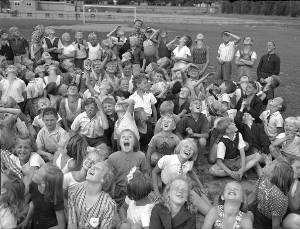 Barnkoloni på Idrottsparken i Norrköping juli 1942, fotograf Carl Werngren. Bildkälla: Norrköpings stadsmuseum