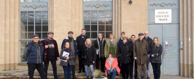 Samling framför Sveriges Rundradiomuseum i samband med vår personalträff i Motala 2016.